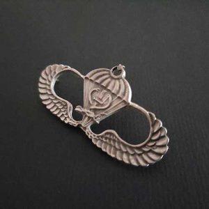 üzerinde kanat paraşüt olan gümüş renkli rozet